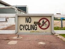 Ein Zeichen auf dem Zaun, der nein das Radfahren schmutzig sagt Lizenzfreie Stockbilder