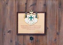 Ein Zeichen auf der Tür des Hauses mit der Aufschrift, dass der Wohnsitz des Militärordens von Hospitallers im ol ist stockbilder
