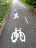 Ein Zeichen auf einem allgemeinen Fußgänger- und Fahrradweg lizenzfreies stockfoto