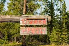 Ein Zeichen befestigt zu einem kleinen Blockhaus in der Wildnis Lizenzfreies Stockbild