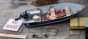 Ein Zeichen, ein Boot, aber kein Wasser stockfoto