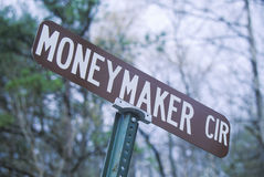 Ein Zeichen, das Geldverdiener liest Stockbild