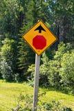 Ein Zeichen des Stoppschildes voran mit Bäumen im Hintergrund Lizenzfreie Stockfotografie