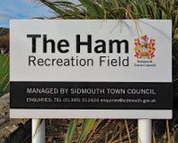Ein Zeichen für Ham Recreation Field in Sidmouth, Devon Dieses ist auch der Hauptort für die jährliche Volkswoche Sidmouth im Aug lizenzfreie stockfotografie