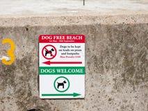 Ein Zeichen für Hunde auf dem Strand, verfolgen freien Strand und Hund willkommenes Har Lizenzfreies Stockbild