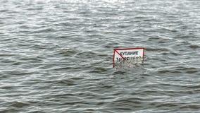 Ein Zeichen herein das Wasser Lizenzfreie Stockfotos