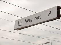 Ein Zeichen mit den Ikonen und Pfeilen, die den Ausweg weiß und schwarz mit sagen Lizenzfreie Stockfotografie