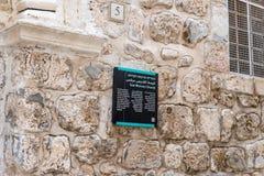 Ein Zeichen mit der Aufschrift - St Mark Kirche - in drei Sprachen - hebräisch, arabisch und Englisch nahe dem Eingang zur Kirche lizenzfreies stockfoto