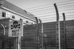 Ein Zeichen mit einem Schädel als Warnung der Gefahr lizenzfreie stockfotografie