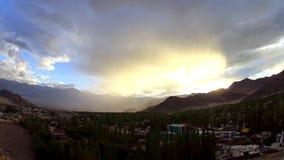 Ein Zeitspannestaubsturm und -regen über der Stadt in den Bergen stock footage