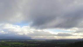 Ein Zeitversehen von Wolken über den Landschaften stock video footage