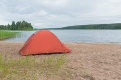 Ein Zelt auf dem Ufer des Sees Lizenzfreies Stockfoto