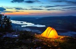 Ein Zelt geleuchtet an der Dämmerung Lizenzfreies Stockfoto
