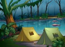 Ein Zeltlager im Holz lizenzfreie abbildung