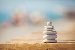 Ein Zen entsteint den weißen und schwarzen Hintergrund Stockbild