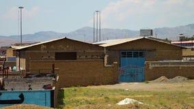 Ein Ziegelsteinlager unter LPG-Behältern im Iran stock video footage