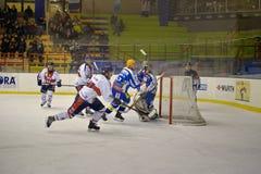 ein Ziel im Spiel Hockey-Klumpen-Mailand-roten Blau V Stockfotos