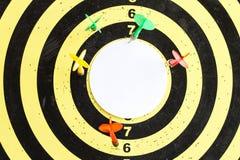 Ein Ziel mit Pfeilen in dessen Mitte ein leerer Aufschriftraum stockfoto