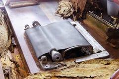Ein Zigarrenwalzwerk innerhalb einer Zigarrenfabrik Traditionelle Fertigung von Zigarren an der Tabakfabrik Herstellung einer Zig lizenzfreies stockbild
