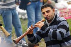 Ein Zigeunermann, der Musik durch traditionelle türkische Fanfare durchführt stockfotos