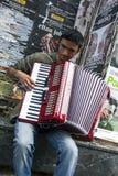 Ein Zigeunermusiker, der auf Istiklal Caddesi in Istanbul, die Türkei spielt Stockbilder