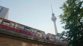 Ein Zug überschreitet vor dem Fernsehturm in Berlin stock video footage