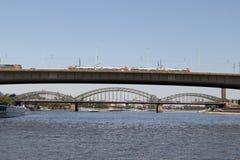 Ein Zug, der über die Zoobrücke von Cologne aufgepasst vom Rhein-Anblick während der Besichtigungsbootsreise fährt stockfotos