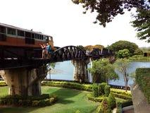 Ein Zug, der die Brücke über dem Fluss kwai kreuzt Lizenzfreie Stockfotografie