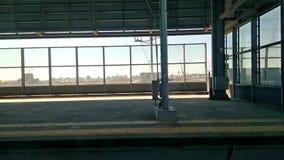 Ein Zug, der entlang eine Schiene an einem Bahnhof, zu Beginn der Reise reist stock footage