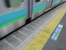 Ein Zug, der vorbei, Tokyo überschreitet Stockfoto