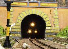 Ein Zug kommt heraus ein geometrischer Tunnel stockfoto