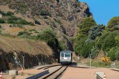 Ein Zug kommt zur Station Lizenzfreie Stockfotografie
