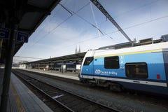 Ein Zug mit Brno-Kathedrale im Hintergrund an Brno-Station, C stockfoto