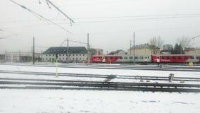 Ein Zug reist Station Salzburgs Hauptbahnhof ab stock video