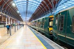 Ein Zug sitzt die Aufwartung, zum von Bahnhof Paddington abzureisen Lizenzfreies Stockfoto