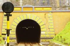 Ein Zugtunnelmund in der geometrischen Form stockfoto