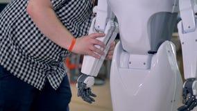 Ein zusammenbauender Roboter des Ingenieurs 4K stock footage