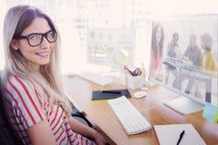 Ein zusammengesetztes Bild des lächelnden Designers, der Tablette verwendet Stockbilder