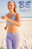 Ein zusammengesetztes Bild des sportlichen blonden Rüttelns auf dem Strand Stockfotografie