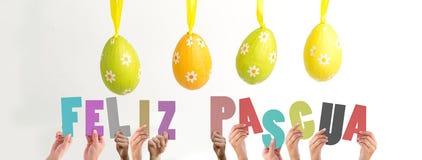 Ein zusammengesetztes Bild von den Händen, die feliz pasqua halten Lizenzfreie Stockbilder