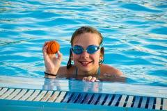 Ein Zwölfjahr-Mädchen im Swimmingpool Lizenzfreies Stockfoto