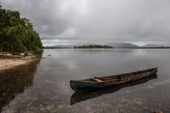 Einbaum nahe Strand in Solomon Islands Lizenzfreies Stockbild