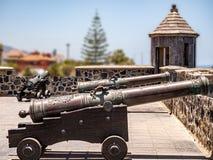 Einblick in die Vergangenheit von alten Festungskanonen stockfotografie