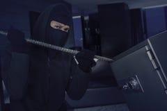Einbrecher öffnet Depotverwahrung bei Brechstange Stockfotos