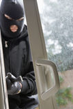 Einbrecher Breaking Into House Stockbilder