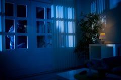 Einbrecher bricht in Haus ein Stockbilder