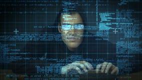 Einbrecher, der in Computer zerhackt stock footage