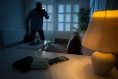 Einbrecher in einem Haus bewohnt Stockbild