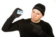 Einbrecher: Halten der gestohlenen Kreditkarte Lizenzfreie Stockbilder