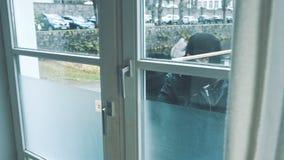 Einbrecher mit der Brechstangenbruchtür, zum des Hauses zu betreten stock video